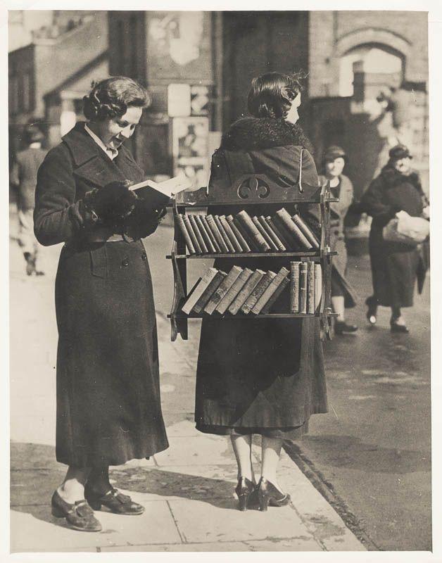 kobieta sprzedająca książki na ulicy z półka na plecach