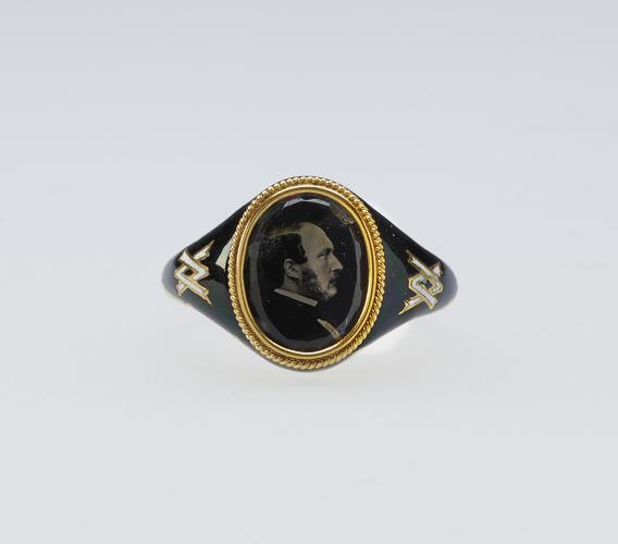 pierścionek z wizerunkiem księcia Alberta, biżuteria z fotografiami, biżuteria sentymentalna, biżuteria pośmiertna, kolekcja Windsorów, blog historia, blog historyczny