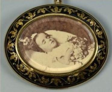 biżuteria z wizerunkiem martwej osoby, pierścionek z wizerunkiem księcia Alberta, biżuteria z fotografiami, biżuteria sentymentalna, biżuteria pośmiertna, kolekcja Windsorów, blog historia, blog historyczny