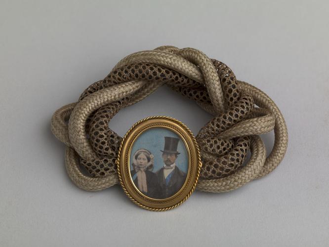 biżuteria królowej Wiktorii, pierścionek z wizerunkiem księcia Alberta, biżuteria z fotografiami, biżuteria sentymentalna, biżuteria pośmiertna, kolekcja Windsorów, blog historia, blog historyczny